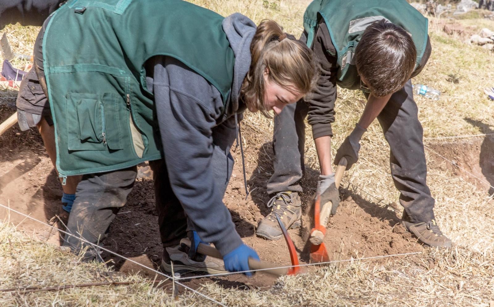 南米ペルーで遺跡発掘作業に取り組む高校生ボランティア